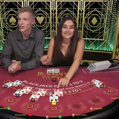 Une croupière gère la table Blackjack Party épaulée d'un assistant