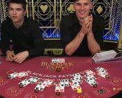 Deux hommes comme croupiers sur Blackjack Party