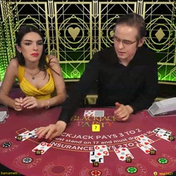 Table de blackjack face a 2 croupiers