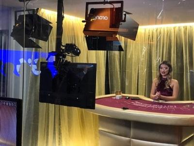 Croupière à une table de blackjack d'Amazing Gaming