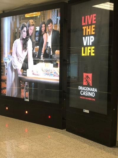 Publicité du Dragonara Casino a l'aéroport international de Malte
