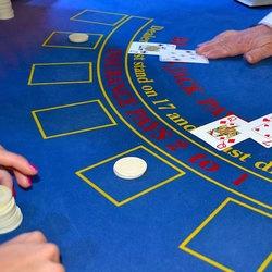 Croupier d'une table de blackjack dans un casino de Macao