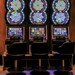Les joueurs peuvent jouer aux machines a sous en extérieur au Casino Joa de Santenay