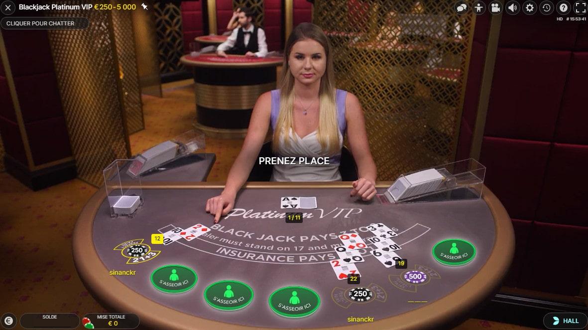 Croupière a la table Blackjack Platinum pour joueurs High Rollers