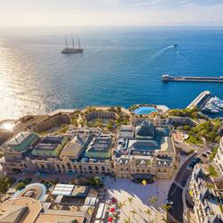 Vue du casino de Monte-carlo de la SBM avec vue sur mer
