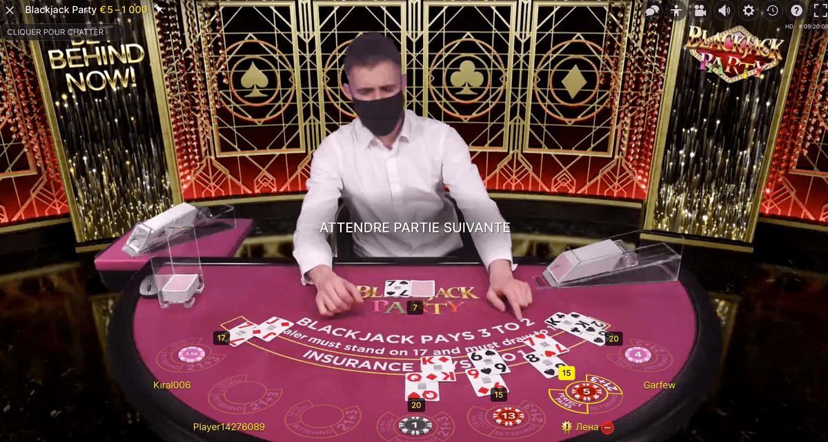 Croupier à la table Blackjack Party d'Evolution