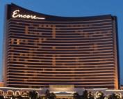 Un croupier de baccarat et des complices escroquent le Encore Harbor Boston casino