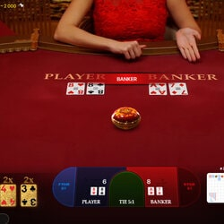 Croupière en direct a la table de jeu Golden Wealth Baccarat